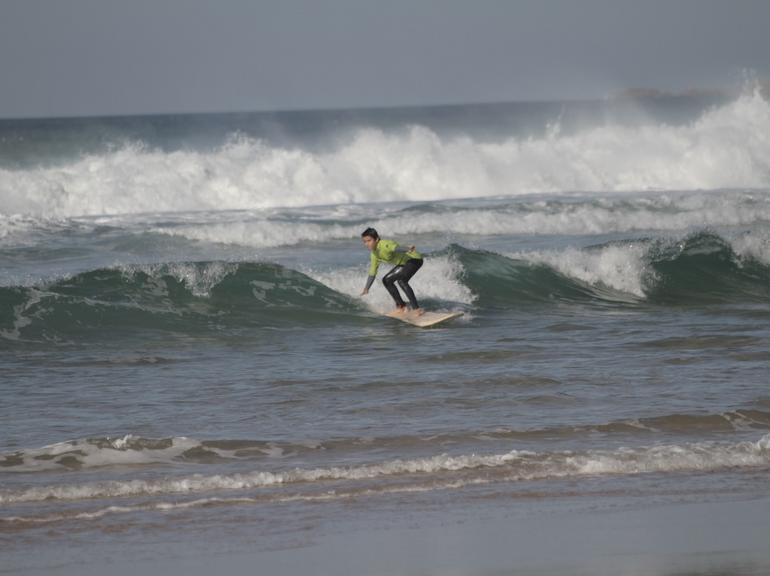 2 hour group surf lesson in Carcavelos or Guincho